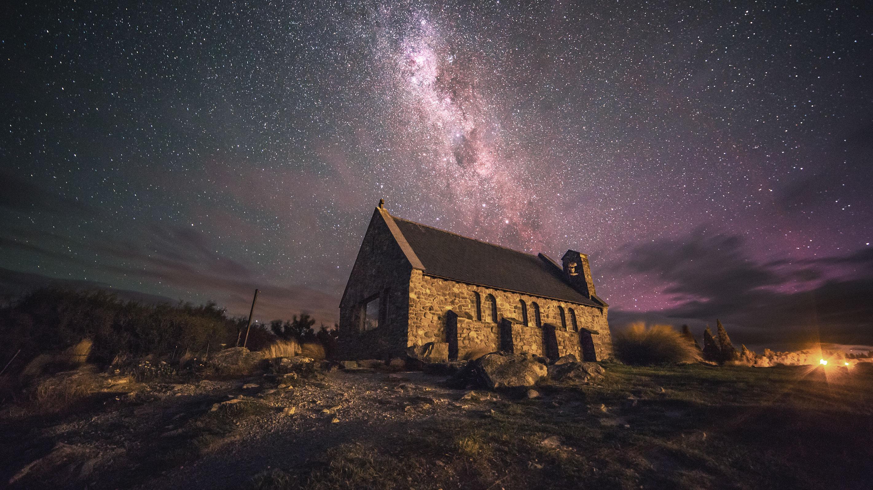 Die Kirche des Guten Hirten auf Neuseelands Südinsel am Lake Tekapo bei Nacht