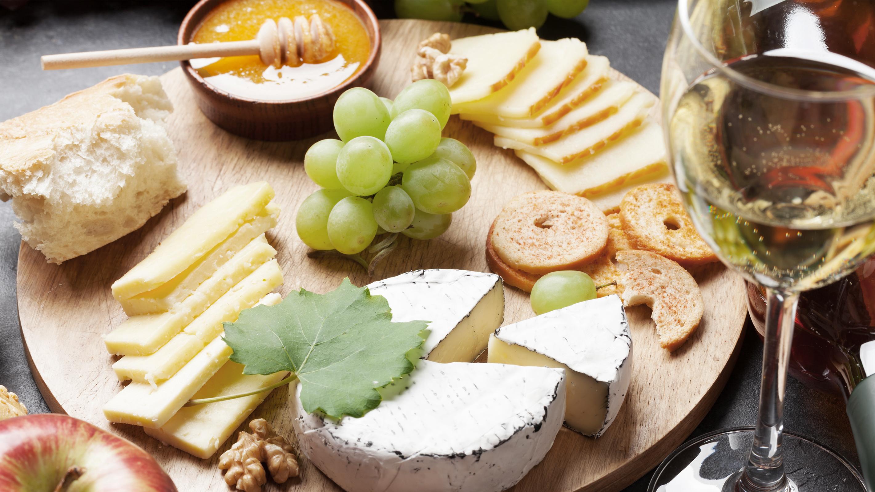 Weißwein aus Neuseeland mit Käse und Honig
