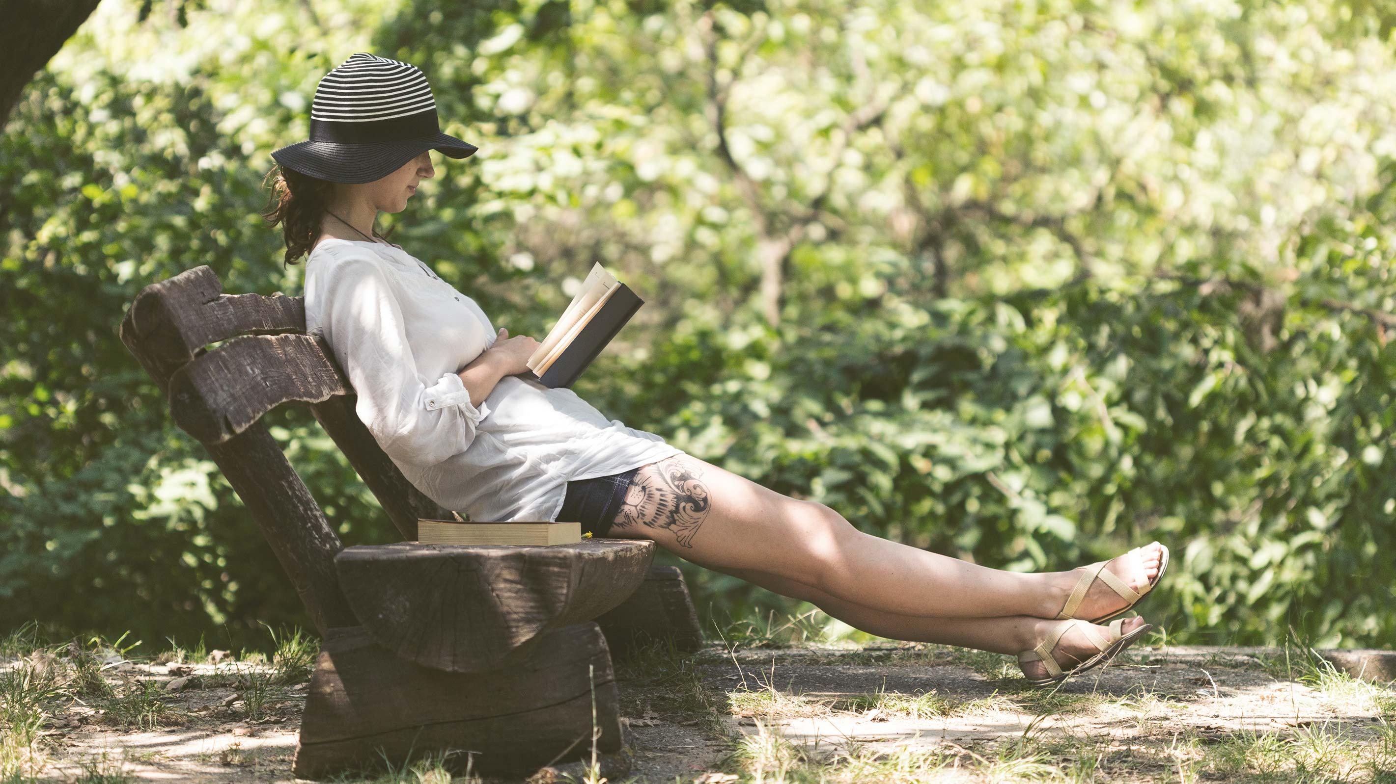 Schatten und lange Kleidung als natürlicher Sonnenschutz