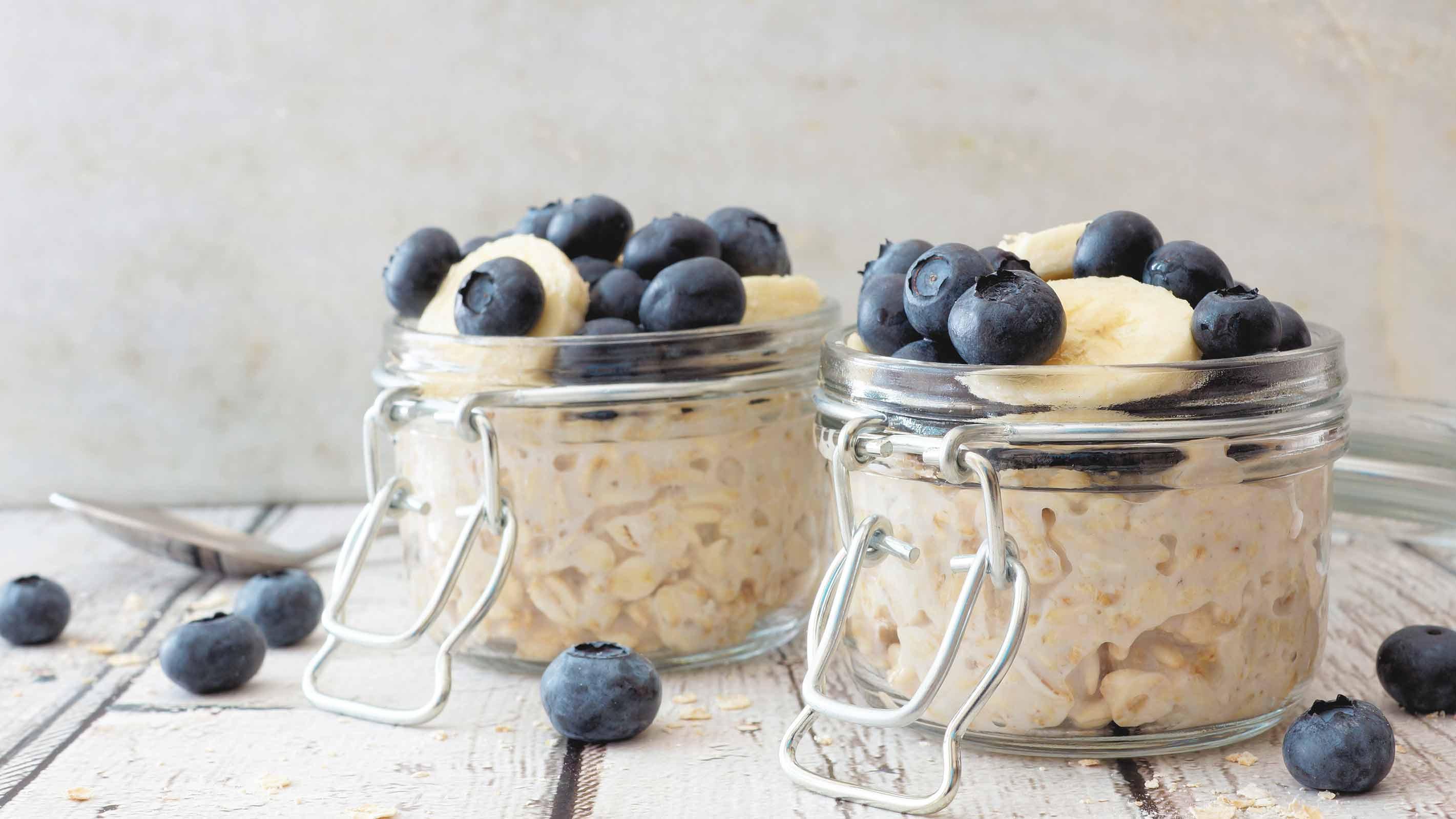 Blaubeeren Porridge als Frühstück mit Beeren